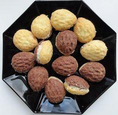 Ořechy plněné krémem jsou oblíbeným drobným cukrovím nejen na Vánoce a svatby. Spojení ořechového těsta a máslového krému je ch