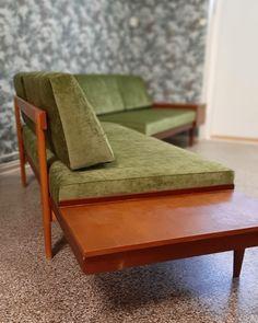 Vintage-sohva 60-luvulta verhoiltiin vaaleanvihreällä sametilla Floor Chair, Dining Bench, Flooring, Furniture, Vintage, Home Decor, Decoration Home, Table Bench, Room Decor