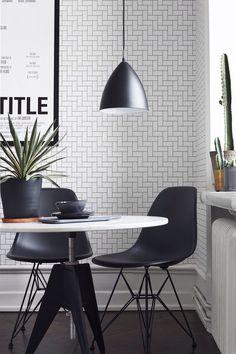 Bestlite Pendelleuchte von Gubi mit Eames Chairs DSR von Vitra. Elegante Einrichtung in Schwarz-Weiß, womit man in keinem Zimmer etwas falsch machen kann https://www.ikarus.de/designer/robert-dudley-best.html