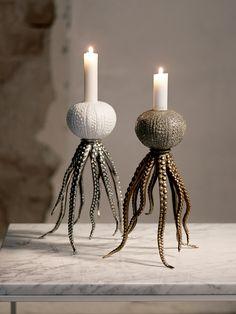 Köp Octopus candleholder online. Fantastisk och unik ljusstake som föreställer en bläckfisk. Vacker att kombineras med octopus bowl. Material: Porslin&Metall Finns i två olika färgstäl