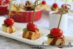 Olha que deliciaaaa estes Aperitivos de Queijo Coalho com Tomate Cereja são grelhados e perfeitos para #lanchar ou beliscar.  #Receita aqui: http://www.gulosoesaudavel.com.br/2014/12/30/aperitivos-queijo-coalho-tomate-cereja/
