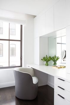 Modern Makeup Vanity, White Makeup Vanity, Bathroom With Makeup Vanity, Makeup Vanities, Bathroom Vanities, Chic Bathrooms, Home Design, Decor Interior Design, Interior Decorating