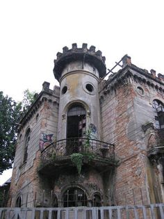 Discover Castelinho da Rua Apa in São Paulo, Brazil: Striking ruins of a mansion that stood center stage in one of modern Brazil's most puzzling crimes. Creepy Urban Legends, Spooky Stories, Creepy Facts, Rich Family, Mysterious Places, Medieval Castle, Abandoned Places, Woman, Ruins
