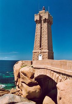 Le phare de Ploumanac'h, (officiellement phare de Mean Ruz) est un bâtiment construit en granite rose, qui indique l'entrée de la passe menant au port de Ploumanac'h, sur la commune de Perros-Guirec du département des Côtes-d'Armor, en Bretagne. Check