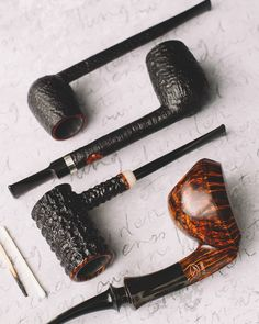 Five pieces from the prolific Tom Eltang plus fresh pipes from Wojtek Pastuch and Scottie Piersel. http://smokingpip.es/2ErmSkY