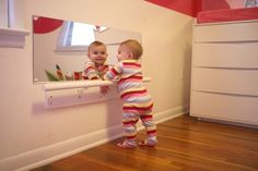 Aparentemente precisa ter um espelho em algum ligar no quarto, na altura da criança