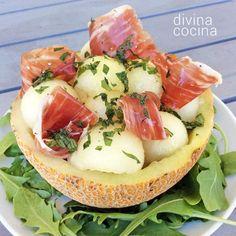 Esta ensalada de melón con jamón une a estos dos ingredientes clásicos, que combinan a la perfección, con una vinagreta sencilla, fresca y ligera, con menta o hierbabuena.