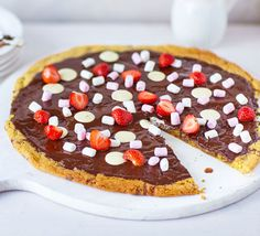 We've seen pizza in all sorts of varieties, but this has to be our favourite. Top your cookie dough pizza base with any treats that take your fancy Healthy Cookie Dough, Cookie Dough Recipes, Sugar Cookie Dough, Sugar Cookies Recipe, Healthy Cookies, Fruit Pizza Cups, Fruit Pizza Frosting, Easy Fruit Pizza, Fruit Fruit