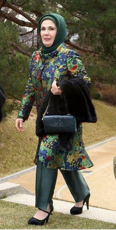 Emine Erdoğan Desenli Ceket Pantolon Takımı - Ortuluyum.com - Tesettür Giyim Modelleri ve Tesettür Modası Tasarımları Islamic Fashion, Muslim Fashion, How To Wear Hijab, Hijab Stile, Pantalon Costume, Muslim Dress, Abaya Fashion, Hijab Outfit, Fashion Books