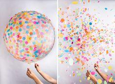Boaaaah, da will man doch glatt wieder Kind sein und Kindergeburtstage feiern und all den Kram. Die Mutter wird es heute sicherlich nicht freuen, dass es solche coolen Konfetti-Ballons gibt. Aber wir finden die Idee klasse, gibt es natürlich auch mit Glitzer.