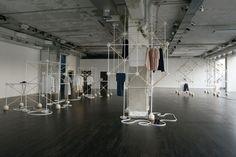 A l'occasion du salon du meuble de Milan, COS s'associe aux deux designers de l'agence Bonsoir Paris