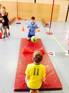 Mattennis. Tik de volleybal op de mat van de ander. Je mag de bal meerdere keren tikken, voordat je deze op mat vd ander speelt.