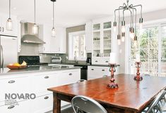 Kitchen with white cabinets with handles in stainless and ceramic floor Kitchen Cupboard Handles, White Kitchen Cabinets, Don Perignon, Grey Flooring, Cuisines Design, House Goals, Decoration, New Homes, Art Deco