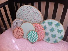 DIY nursery wall hangings - Pick out your fabric inspirations, and put in embroidery hoops. Love how simple this was.- makes me feel silly for not thinking of it! Girl Nursery, Nursery Ideas, Baby L, Embroidery Hoops, Embroidery Ideas, Wall Hangings, Decoration, Kids Room, Handmade Items