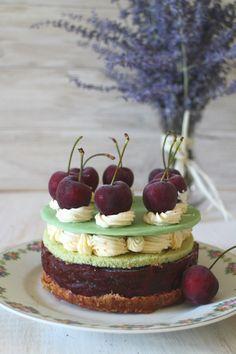 Tarta de cerezas, bizcocho de hierbabuena y mousse de mascarpone