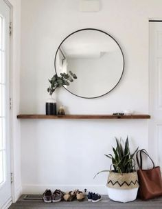 round black mirror in the entrance area over a floating wooden shelf small entrance area . Round black mirror in the entrance above a floating wooden shelf. Small entrance decoration ideas , round black mirror in entryway above floating timb. Timber Shelves, Wooden Shelves, Floating Shelves, Wood Shelf, Halls Pequenos, Modern Entryway, Entryway Ideas, Entryway Furniture, Narrow Entryway