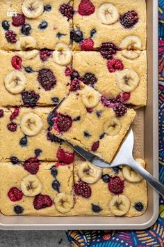 Sheet Pan Oat Pancakes - love pancakes but hate the flipping and standing at the stove? These easy sheet pan oat pancakes with berries and banana is the perfect effortless breakfast. Slimming World and Weight Watchers friendly Low Fat Breakfast, Breakfast For A Crowd, Breakfast Recipes, Breakfast Ideas, Baby Food Recipes, Vegan Recipes, Cooking Recipes, Slimming World Desserts, Slimming Eats