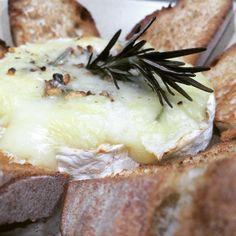 Camembert horneado con arándanos, nueces y romero Brie, Camembert Cheese, Dairy, Food, Dishes, Essen, Meals, Yemek, Eten