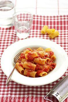 Un dejeuner de soleil: Pâtes (rigatoni) à l'amatriciana, typiques de Rome...