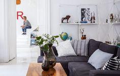 В гостиной минимум мебели, только необходимое. Это и белый цвет в интерьере…