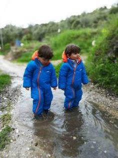Saltar poças de água Rain Jacket, Windbreaker, Jackets, Activities For Babies, Down Jackets, Anorak Jacket, Jacket, Raincoat