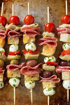 These easy Italian antipasto kebobs take minutes to make and can be customized without a whole lot of fuss. They're the perfect party appetizer! Snacks Für Party, Appetizers For Party, Appetizer Recipes, Italian Appetizers Easy, Birthday Appetizers, Party Finger Foods, Christmas Appetizers, Recipes Dinner, Easy Recipes