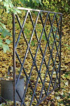 altes Schlossfester - jetzt ein Zaunelement Clematis, Obelisk, Outdoor Structures, Window Bars, Garden Fencing, First Aid