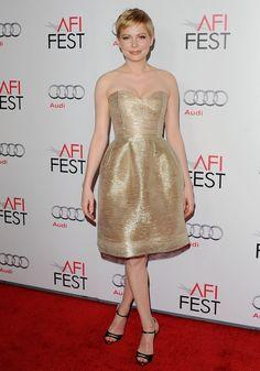 Pin for Later: Ein Tribut an Oscar de la Renta und seine schönsten Kleider auf dem roten Teppich Michelle Williams Michelle erstrahlte förmlich in diesem Kleid bei einer Vorstellung ihres Films My Week With Marilyn im Jahr 2011.