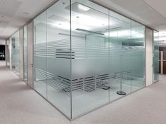 Vinilo ácido para cristal de oficina consigue dar privacidad a la sala…