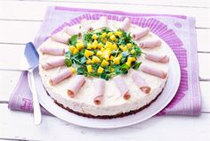 Voileipäkakku kuuluu kevään ja kesän juhlien suolaiseen kahvipöytään. Mango-kalkkunakakku on raikas ja pirteä vaihtoehto perinteisille voileipäkakuille. http://www.valio.fi/reseptit/mango-kalkkunakakku/