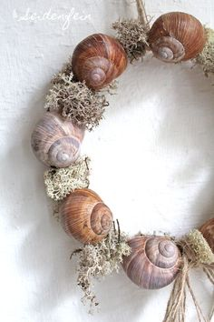 * DIY * Snails from the spring forest Diy Spring Wreath, Diy Wreath, Living Room Decor Country, Spring Forest, Fleurs Diy, Mediterranean Decor, Diy Décoration, Nature Decor, Dried Flowers