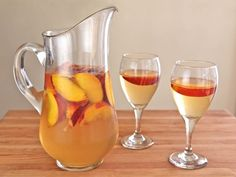 Peach Sangria - Learn to make white sangria with peaches, the perfect cold refreshing party drink for summer. *** sub Peach vodka and microwave simple syrup, and use sweet white wine such as Moscato or Riesling. Omit ginger ale unless using dry wine. Fruity Sangria Recipe, Peach Sangria Recipes, White Peach Sangria, Drink Recipes, Peach Vodka, Cocktail Recipes, Vodka Lime, Margarita Recipes, Cocktail Drinks