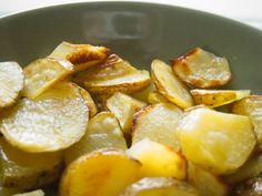 Valkosipuliset uunilohkoperunat / Oven baked garlic potato wedges Baked Garlic, Potato Wedges, Joko, Root Vegetables, Oven Baked, Pretzel Bites, Side Dishes, Potatoes, Bread