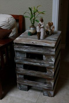 Pallet bedside table captivating pallet side table with recycled pallet side table plans recycled pallet ideas Diy Pallet Furniture, Furniture Projects, Rustic Furniture, Lawn Furniture, Furniture Plans, Recycled Pallets, Wooden Pallets, Pallet Wood, Diy Wood