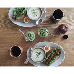 カブのポタージュとホットドッグの朝食。シンプルなお皿でも、彩りや盛り付けにこだわれば、オシャレに見えちゃいます。