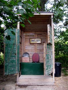 Split doors for view....outhouse     La cabane au fond du jardin