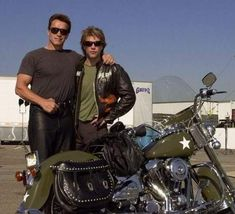 "Harley Davidson fans & riders Jon Bon Jovi and Arnold Schwarzenegger. The Terminator is an old friend of JBJ and was in BJ's 'Say It Isn't So' video from ""Crush"" record. Motos Harley Davidson, Motos Vintage, Vintage Motorcycles, Jon Bon Jovi, Jeep Carros, Hd Vintage, Cinema Tv, Cafe Racer, Arnold Schwarzenegger"