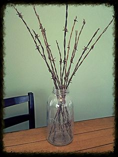Barbed wire center piece: cut old rusty barbed wire to varying lengths, dip end in paint and place in antique pickle jar or large ball jar. Barbed Wire Decor, Barbed Wire Wreath, Western Crafts, Rustic Crafts, Horseshoe Crafts, Horseshoe Art, Barb Wire Crafts, Horse Crafts, Rusty Metal