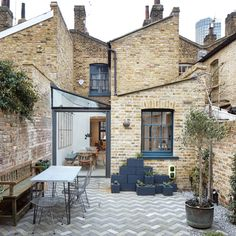Architects adds glass-roofed extension to terraced house in London Fraher Architects adds glass-roofed extension to terraced house in London .Fraher Architects adds glass-roofed extension to terraced house in London . Chalet Design, House Design, Patio Design, Architecture Renovation, Modern Architecture, Fashion Architecture, London Architecture, Lofts Pequenos, Interior Exterior