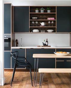 Cozinha preta com tamponamento em madeira