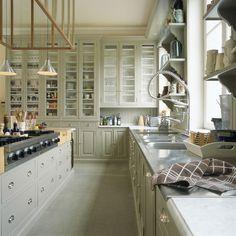 keuken op maat in massief hout met werkblad in inox, carraramarmer en hakblok op maat.