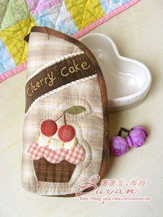 【布颜团做】十月的温暖--先染蛋糕手拿包 House Quilts, Mini Purse, Beautiful Bags, Patches, Pouch, Purses, Fabric, Handmade, Scrappy Quilts