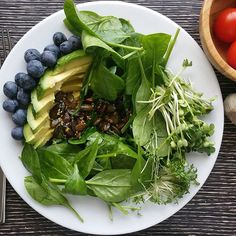 #beautiful #spinach #salad with #avocado and #blueberries for #lunch. Dressing is #soeasy to prepare. Fry a handful of pumpkin seeds, sesame seeds and olive oil with agave syrup. Season with salt, pepper and add a little lemon juice. #govegan #vegan #healthy #healthyfood #germanvegan #crueltyfree #veganfoodshare #whatveganseat #veganfood #gesundessen #gesundleben #vegansofig #weightloss #diät #plantbased #plantbaseddiet #vegancuisine