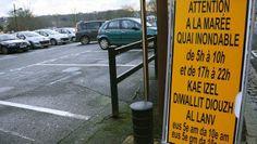 Sur le quai d'Aiguillon, l'usage du breton permettra-t-il une meilleure prévention des inondations ? La ville use en tout cas d'un message bilingue pour prévenir les automobilistes des dangers des grandes marées,
