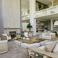 Un'area living caratterizzata da materiali naturali e tonalità calde, con affascinanti dettagli in #legno. Progetto di Debora Aguiar (San Paolo, Brasile) #inspiration #architecture #design #interiordesign #wood