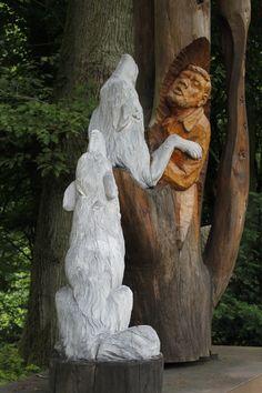 Die Skulptur zeigt Werner Freund mit seinen Wölfen.