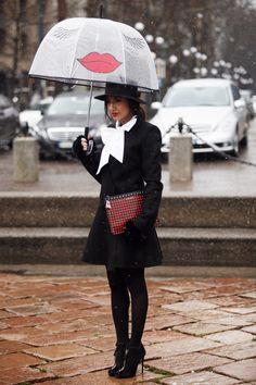 Paraguas que parecen salidos de la imaginación de la mismísima Elsa Schiaparelli. Fotos de street style en Milan Fashion Week