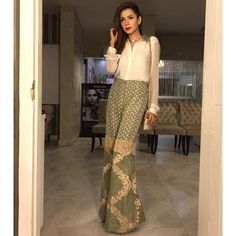 @toobasiddiquiofficial looking very elegant and fabulous for the #movie #premiere of #KarachiSeLahore today at #Atrium wearing pants by @umaima_mustafa and a white basic shirt with embellished collars and #statement #pearl necklace by @hm paired with her nude @louboutinworld heels and a beautiful #snakeskin @chanelofficial bag styled by @swearuponcoco and hair and makeup by @sabsthesalon @sabsansari #celebritystylist #celebritystyle #stylist #ootd #outfitoftheday #lotd #lookoftheday #potd…