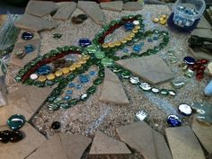 Recycle Reuse Renew Mother Earth Projects: how to make Dragonfly Mosaic Stones Mosaic Rocks, Mosaic Stepping Stones, Pebble Mosaic, Stone Mosaic, Mosaic Art, Mosaic Glass, Stained Glass, Glass Art, Stone Garden Paths