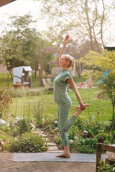 Das Bild soll Dich dazu inspirieren, auch im Garten unter freiem Himmel Yoga zu üben, es ist Deine Yogainspiration für den Sommer. Das Model (IG: @elischebas_blog, @unser.lebenaufdemland) trägt unsere Yoga-Hose Tara und unser Stehkragenshirt Bagala. #yogaoutfit #yogainspiration #nachhaltigeMode #Yogamode #ecofriendly #yogainspiration #fairfashion #ecofriendlyfashion #ecoissexy #ethicallymade #nachhaltig #sustainablefashion Yoga Outfits, Yoga Inspiration, Yoga Am Morgen, Yoga Mode, Pose, Models, Blog, Sustainable Fashion, Heavens